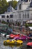 Budapest, Ungarn - September, 13, 2019: Leute, die geformtes Tretboot des Autos in einem See in Varosliget-Park an einem sonnigen lizenzfreies stockfoto