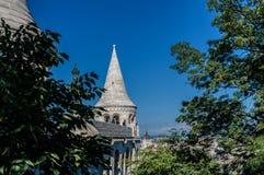 Budapest, Ungarn - 15. September 2019 - Säulengänge und Haube der Bastion der Fischer mit Budapest-Parlament an der Rückseite des lizenzfreie stockfotografie