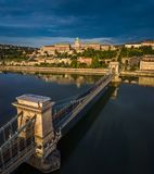 Budapest, Ungarn - Sonnenaufgang über Szechenyi-Hängebrücke mit Buda Castle Royal Palace Stockfoto