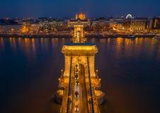 Budapest, Ungarn - Vogelperspektive der schönen belichteten Szechenyi-Hängebrücke über Fluss Donau an der blauen Stunde mit S lizenzfreie stockfotos