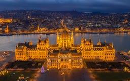 Budapest, Ungarn - Vogelperspektive des belichteten ungarischen Parlamentsgeb?udes an der goldenen Stunde mit Weihnachtsbaum und  stockbild