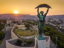Budapest, Ungarn - Vogelperspektive des Freiheitsstatuen bei Sonnenuntergang mit Buda Castle Royal Palace stockfotos