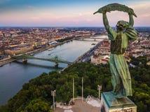 Budapest, Ungarn - Vogelperspektive des Freiheitsstatuen bei Sonnenuntergang mit Skylinen von Budapest lizenzfreie stockbilder