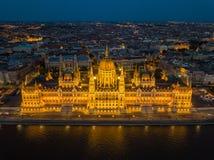Budapest, Ungarn - Vogelperspektive des schönen belichteten Parlaments von Ungarn Orszaghaz an der blauen Stunde stockfotografie