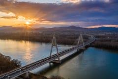 Budapest, Ungarn - Vogelperspektive von Megyeri-Brücke über Fluss Donau bei Sonnenuntergang mit starkem Verkehr stockbild