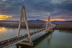 Budapest, Ungarn - Vogelperspektive von Megyeri-Br?cke ?ber Fluss Donau bei Sonnenuntergang mit starkem Verkehr stockfotografie