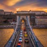 Budapest, Ungarn - Vogelperspektive von Szechenyi-H?ngebr?cke mit Nachmittagsverkehr, sch?ner goldener Sonnenunterganghimmel stockbild