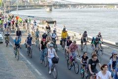 BUDAPEST UNGERN APRIL 22, 2018: Cyklist` ståtar i Budapest, Ungern med många lyckliga personer arkivfoto