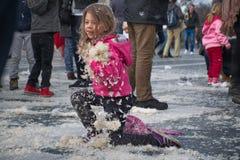 BUDAPEST UNGERN - APRIL 04: Dag för kuddekamp på hjältefyrkant Fotografering för Bildbyråer