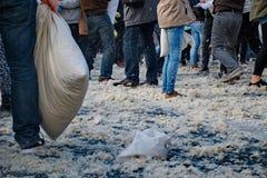 BUDAPEST UNGERN - APRIL 04: Dag för kuddekamp på hjältefyrkant Arkivbild