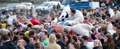 BUDAPEST UNGERN - APRIL 04: Dag för kuddekamp på hjältefyrkant Royaltyfri Foto