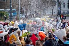 BUDAPEST UNGERN - APRIL 04: Dag för kuddekamp på hjältefyrkant Arkivbilder