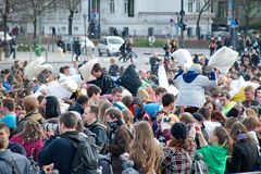 BUDAPEST UNGERN - APRIL 04: Dag för kuddekamp på hjältefyrkant Arkivfoto