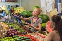 BUDAPEST UNGERN - 27 APRIL, 2014: Matmarknad i Budapest, Ungern (stor saluhall) Marknadsplats för ny jordbruksprodukter Royaltyfri Fotografi