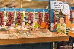 BUDAPEST UNGERN - 27 APRIL, 2014: Matmarknad i Budapest, Ungern (stor saluhall) Marknadsplats för ny jordbruksprodukter Arkivbild