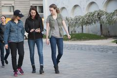 Budapest Ungern - April 10, 2018: Nätta flickor som går ner gatan royaltyfria bilder