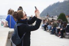 Budapest Ungern - April 10, 2018: Turist- tagande fotografibild med smartphonen arkivfoton