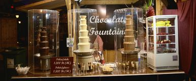 Budapest Ungern - 17 April 2018: varm choklad shoppar i aftonen Arkivbild