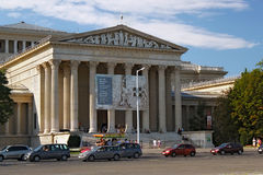 BUDAPEST UNGERN - AUGUSTI 08, 2012: Museet av konster på hjälte`-fyrkanten royaltyfri bild