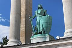 BUDAPEST UNGERN - AUGUSTI 08, 2012: Skulptur av konungen Charles Robert Kiss Gyorgy, 1905 Arkivfoton