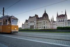 BUDAPEST UNGERN - AVRIL 16, 2016: Spårvagnspår nära Parliamen Arkivbilder