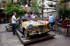 BUDAPEST UNGERN - AVRIL 15, 2016: Trabant in i en ny funktion royaltyfri bild