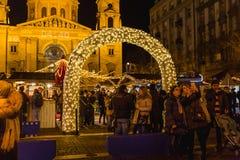 BUDAPEST UNGERN - DECEMBER 11, 2017: Jul marknadsför på St Stephen ` s som är fyrkantig framme av basilikan för St Stephen ` s royaltyfri foto