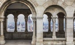 BUDAPEST UNGERN - DECEMBER 10, 2015: Parlament i Budapest Arkivfoton