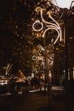 BUDAPEST UNGERN - DECEMBER 19, 2018: Trafikslingor, gataljus och trafikljus på natten i Budapest, Ungern royaltyfria bilder