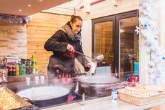 BUDAPEST UNGERN - DECEMBER 19, 2018: Turister och det lokala folket som tycker om den härliga julen, marknadsför på St Stephen royaltyfri fotografi