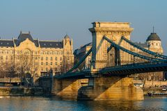 Budapest Ungern, Februari 19, 2019 - sikt på kedjebron över Danube River royaltyfria bilder