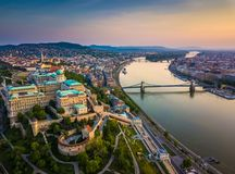 Budapest Ungern - flyg- horisontsikt av Buda Castle Royal Palace och södra Rondella med slottområdet royaltyfri fotografi