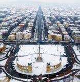 Budapest Ungern - flyg- horisontsikt av snöig Budapest med hjältars fyrkant, Andrassy gata på vintertid royaltyfria bilder