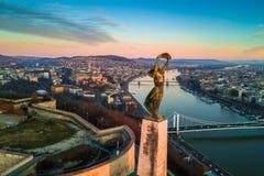 Budapest Ungern - flyg- horisontsikt av statyn av frihet med Buda Castle Royal Palace royaltyfri foto