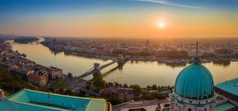 Budapest Ungern - flyg- panorama- skylie av Budapest med Buda Castle Royal Palace arkivfoto