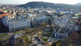 Budapest Ungern - flyg- sikt av Deak Square på mitten av Budapest, den Gellert kullen och statyn av frihet på bakgrund stock video