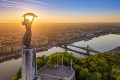 Budapest, Ungern - flyg- sikt av den härliga ungerska statyn av frihet med Liberty Bridge och horisont av Budapest Fotografering för Bildbyråer