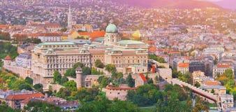 Budapest Ungern Härlig flyg- sikt av historiska Buda Castle Royal Palace och södra Rondella på soluppgång med blå himmel och arkivfoton