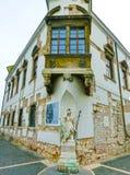 Budapest Ungern - Januari 3, 2015: Gammal fasad av det historiska huset i det Buda Castle området Arkivfoton