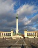 Budapest Ungern - Januari 15 2019: Hjältar kvadrerar på en molnig dag royaltyfria bilder