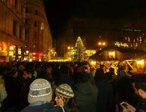 Budapest Ungern - Januari 01, 2016: Turister tycker om julmarknaden Arkivfoton