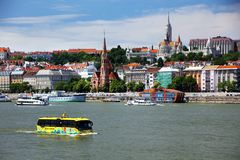 Budapest Ungern - Juni, 02, 2018 - den amfibiska bussen på Danubet River Arkivfoto