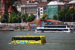 Budapest Ungern - Juni, 02, 2018 - den amfibiska bussen på Danubet River Arkivbild