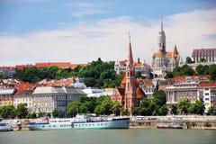 Budapest Ungern - Juni, 02, 2018 Historiska byggnader på den Buda kullen, Budapest Royaltyfri Bild