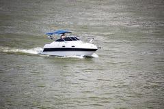 Budapest Ungern - Juni, 02, 2018 - segla för turister på Danube River i Budapest Royaltyfria Foton