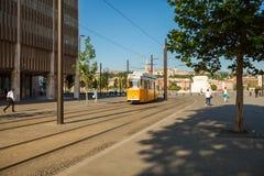BUDAPEST UNGERN - JUNI 16, 2016: Spårvagn #2 som att närma sig till det Kossuth Lajos terstoppet bredvid byggnad för nationell pa Fotografering för Bildbyråer