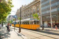 BUDAPEST UNGERN - JUNI 16, 2016: Spårvagn #2 som att närma sig till det Kossuth Lajos terstoppet som lokaliseras bredvid gångtunn Arkivfoton