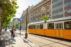 BUDAPEST UNGERN - JUNI 16, 2016: Spårvagn #2 som att närma sig till Kossuth Lajos tertramstop bredvid byggnad för nationell parla Arkivbild