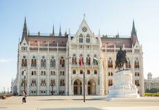 BUDAPEST UNGERN - JUNI 16, 2016: Turist som går i väg från ungersk parlamentbyggnad i Budapest, Ungern - Juni 16, 2016 Arkivfoton