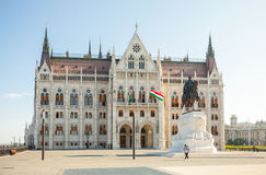 BUDAPEST UNGERN - JUNI 16, 2016: Turist som omkring ser nära ungersk parlamentbyggnad i Budapest, Ungern - Juni 16, 2016 Royaltyfri Foto